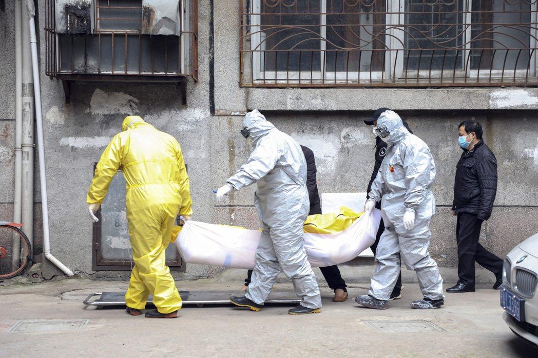 新型冠狀病毒肺炎持續升溫,武漢確診病例直線上升。圖為二月一日,殯儀館工作人員穿著...