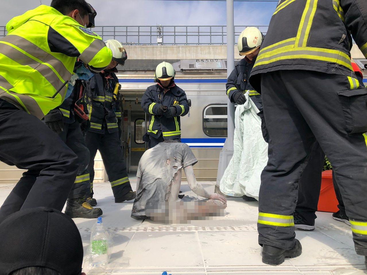 一名男子3日從台鐵彰化站搭乘區間車到烏日站下車後,攀爬區間車列車,觸碰高壓電線路...