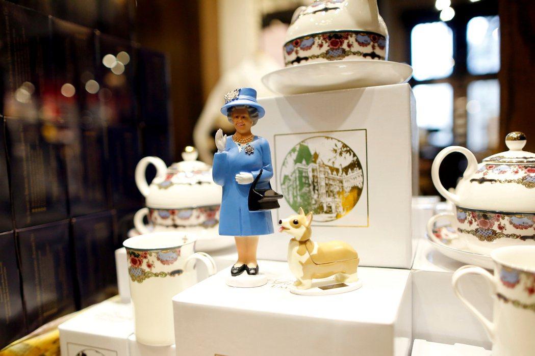 維多利亞市一家商店販賣英國女王擺飾。 (路透)