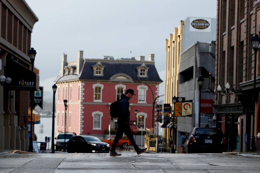 一名男子穿越英屬哥倫比亞首府維多利亞市街頭。(路透) (路透)