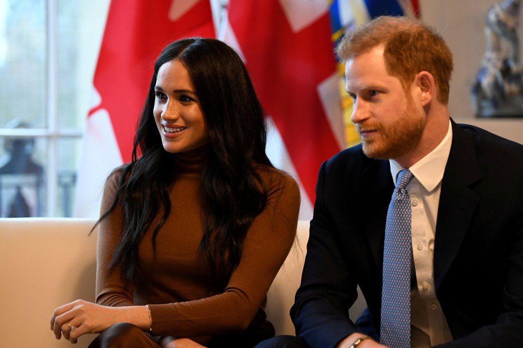 哈利王子(右)和夫人梅根(左)日前決定退出王室高級成員。 (路透)