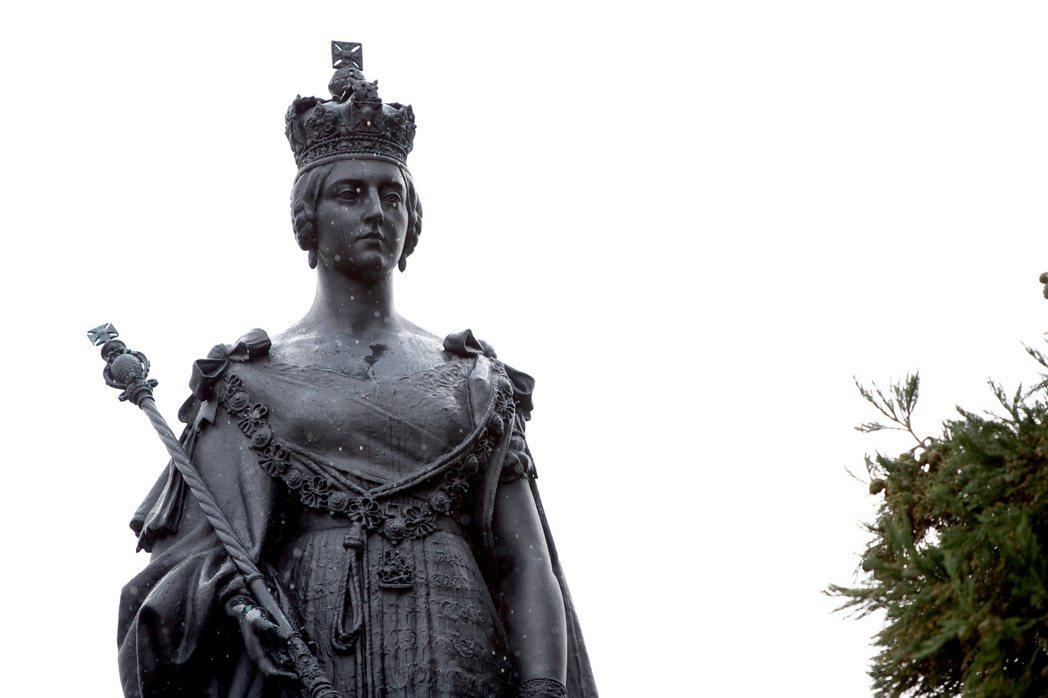 加拿大英屬哥倫比亞省議會就在維多利亞市,圖為議會廣場上的英國維多利亞女王雕像。 ...