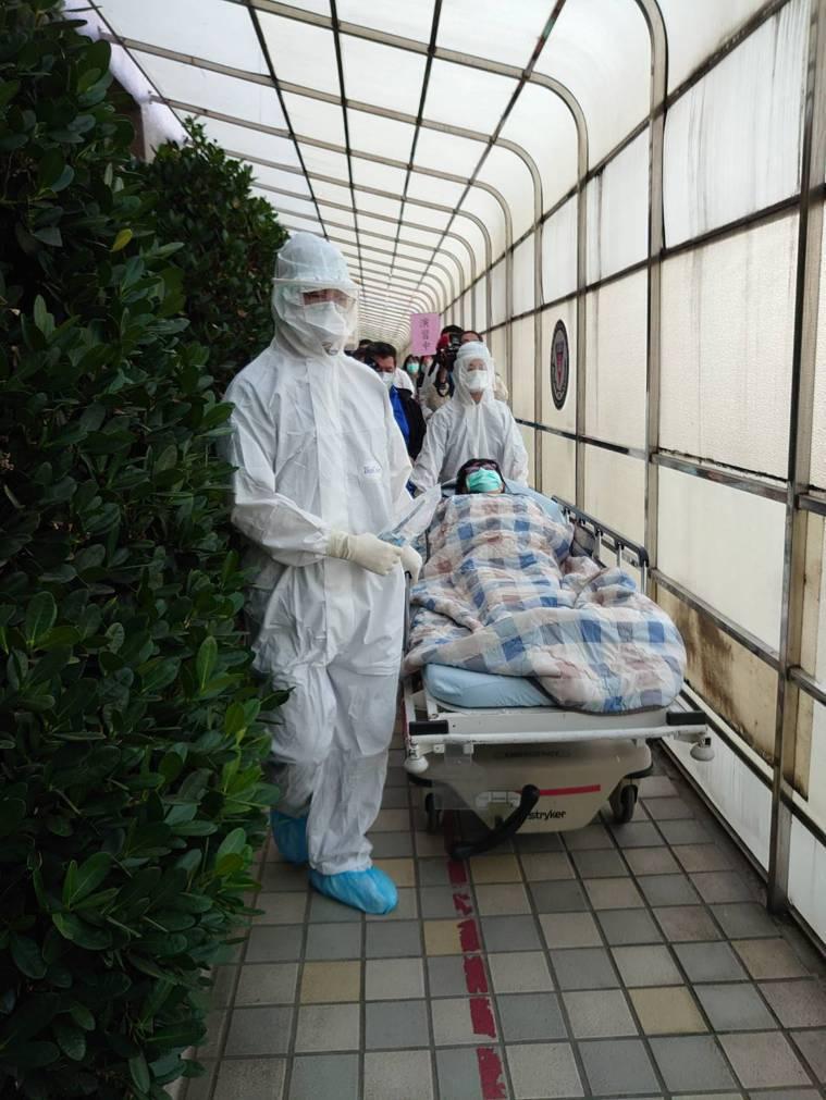 疫病大規模流行時,受苦的不只罹病患者,第一線醫護人員身心狀態更飽受衝擊,圖為高醫...