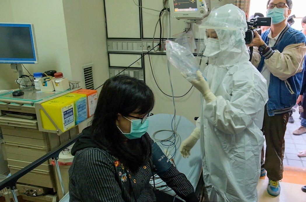 疫病大規模流行時,第一線醫護人員的身心狀態更飽受衝擊,圖為高醫演練照片。圖/高醫...