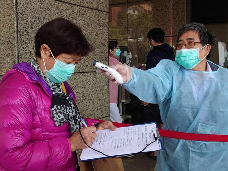國內各大醫學中心為避免疫情擴大,在出入動線上嚴密管控,要求民眾量體溫、填寫篩檢問...