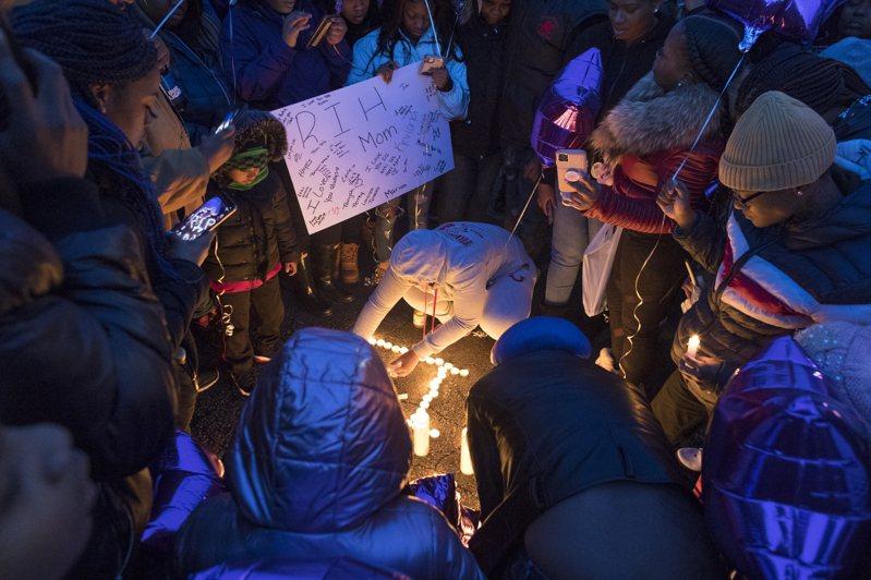 圖為被害者親友在槍案現場悼念。 美聯社