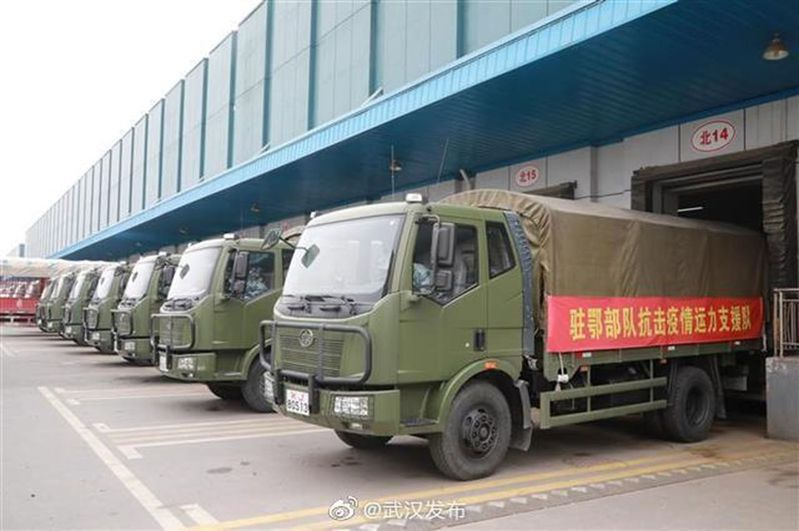 集結130輛軍車,駐鄂部隊今起支援武漢市運輸配送生活物資 翻攝自微博