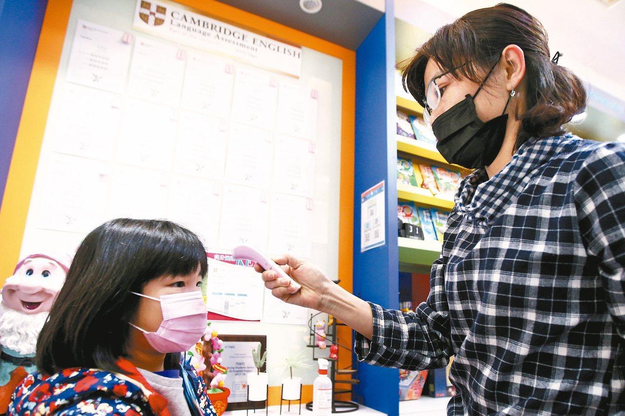 武漢肺炎疫情延燒,中央流行疫情指揮中心昨宣布,高中以下學校開學日延後2周至2月2...