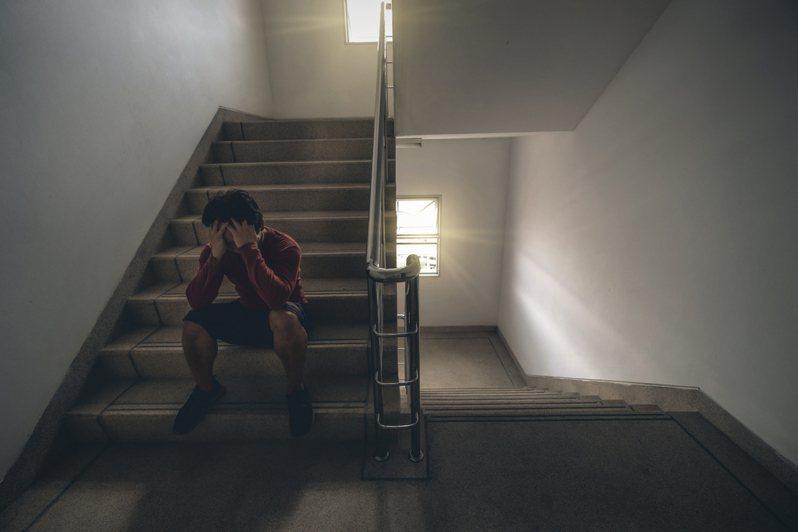罹患思覺失調症的古姓男子,前年懷疑母親下毒造成他精神錯亂,涉狠心毆死母親。情境示意圖。圖/Ingimage