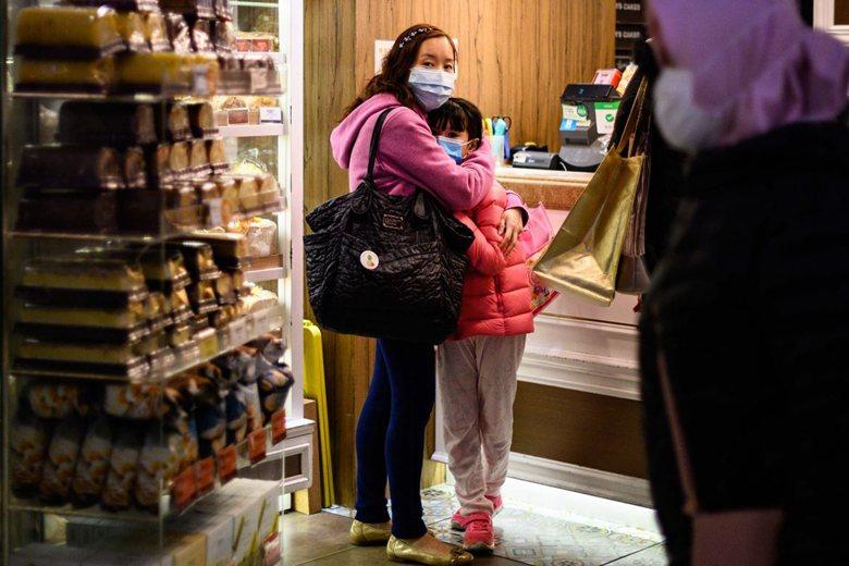 2月2日,香港民眾戴上口罩防疫。 圖/法新社