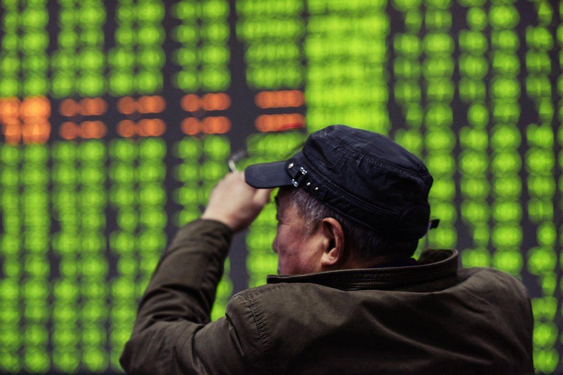 儘管中國央行2日已宣布將投入1.2兆人民幣穩定股市,但開市後的上海、深圳股市仍全...