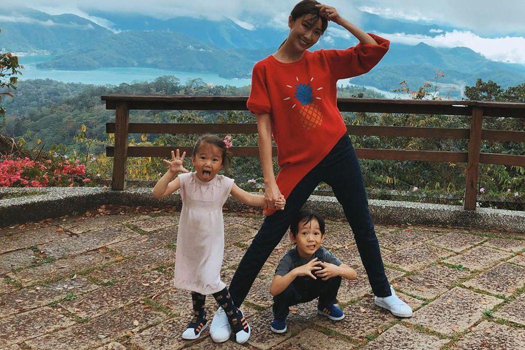 隋棠帶兒女出遊爬山。圖/擷自IG