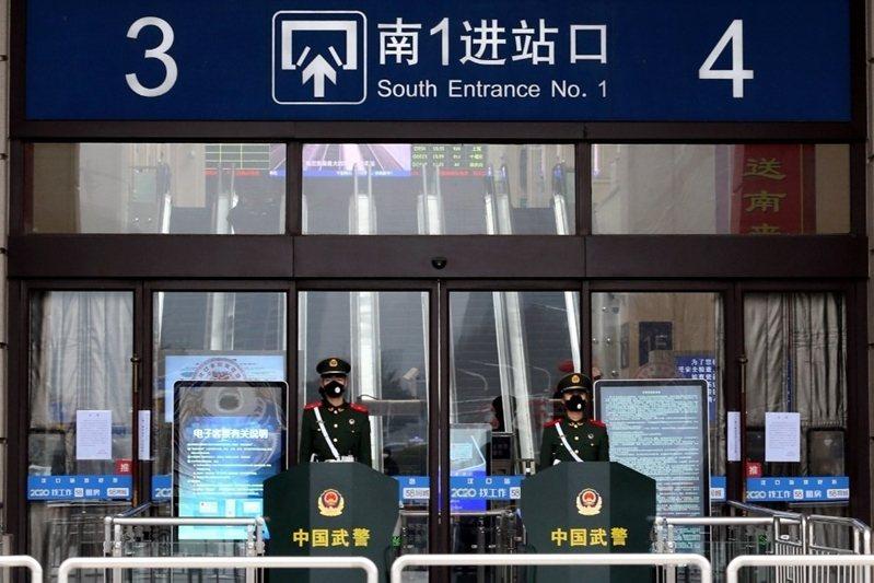 中國武警於已關閉的漢口車站外站崗。 圖/美聯社