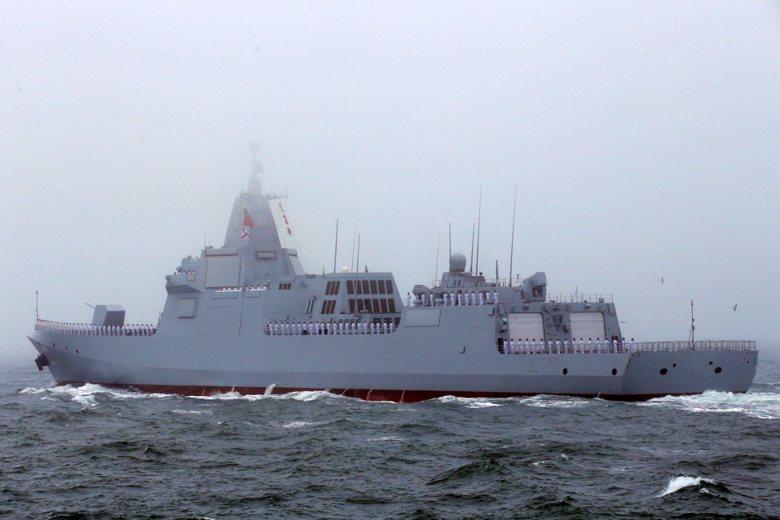 中共首艘055型防空驅逐艦「南昌號」成軍,為中共藍水海軍發展的重要里程碑。  圖/路透社