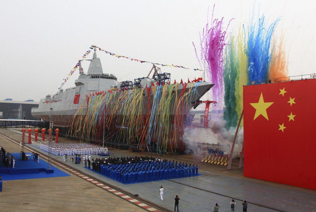 2017年6月,055型驅逐艦下水儀式。 圖/美聯社