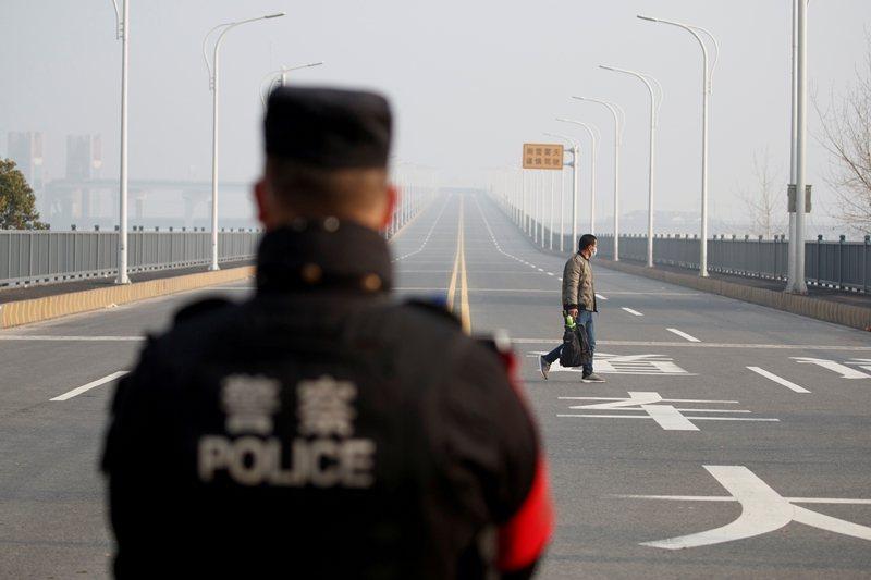 新型冠狀病毒疫情擴散後,中國政府採取「封城」政策。圖為九江長江大橋上站崗的武警。...
