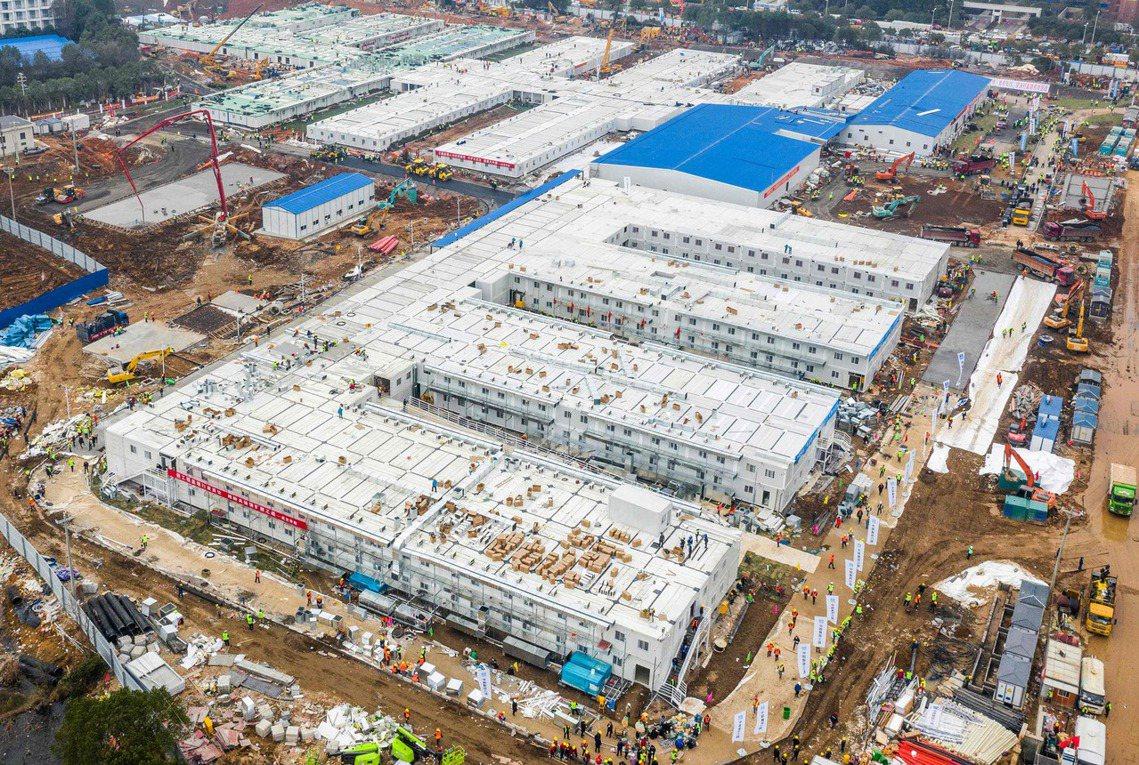 從1月25日動工開始,火神山醫院僅用了短短10天內就極速完工,佔地面積約3.4萬...