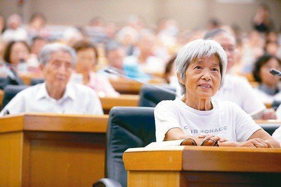 元氣講座「關節照護新觀念」吸引滿場關心膝蓋保養的聽眾。 記者 余承翰/攝影