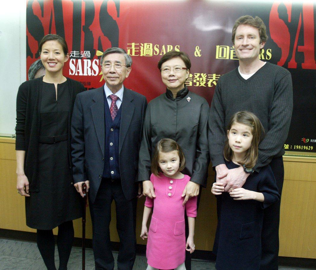 2009年抗SARS總指揮李明亮(左二)舉行新書發表會,談及抗SARS時期的心境...