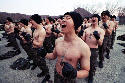 「負責的護士軍官跟我說,公開自己性向可能會有幫助,我聽了後,就下決心要和所屬部隊...