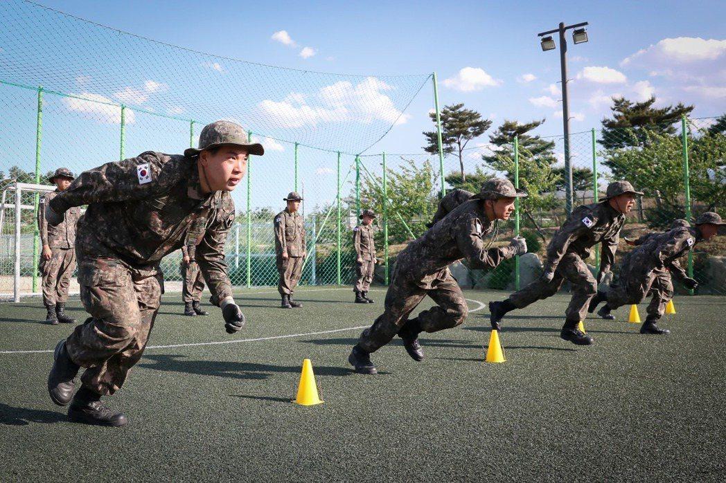 軍方高層可能是在內部一番拉扯衝突後,拘泥於性別刻板原則,或是擔心會產生連鎖效應,...