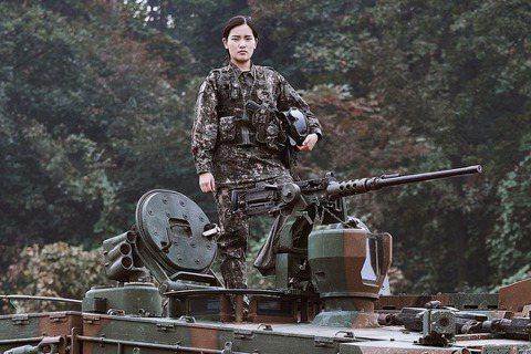無論是重新考取女兵或直接轉入女營,都會碰到另一個課題:現役女兵會如何面對南韓史上...