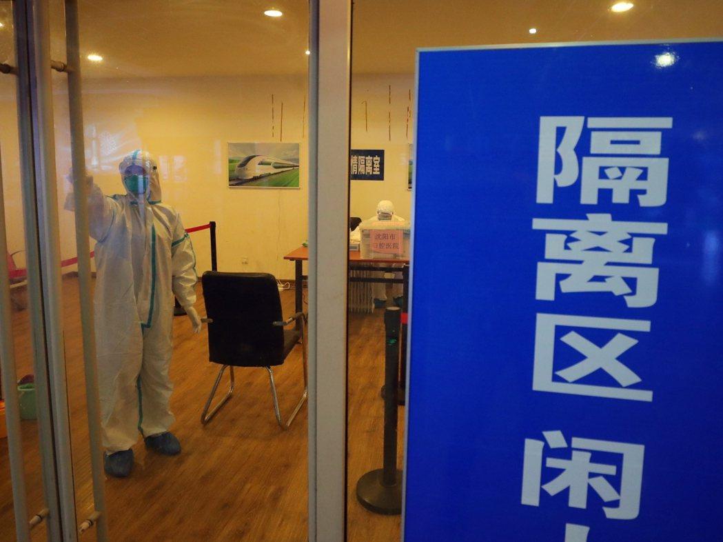 大陸各地積極防控新型冠狀病毒感染的肺炎疫情,在瀋陽火車站疫情隔離室,醫護人員對隔...