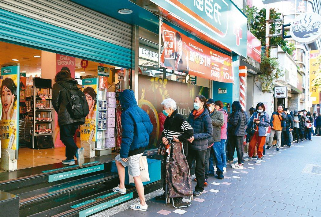 台北武漢肺炎疫情延燒,民眾搶買口罩。周日一早許多人在藥妝店開門前即在門口排隊...