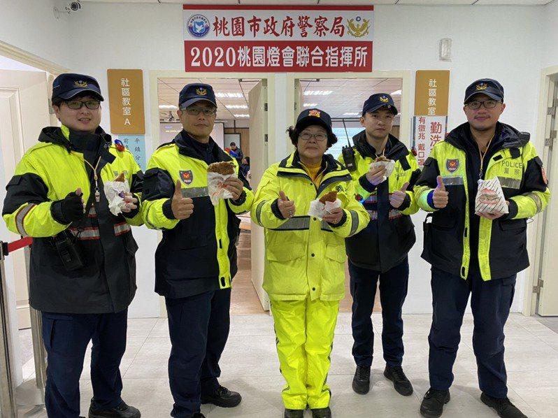 平鎮警分局長李建民自掏腰包購買100份雞排,給值勤人員補充體力,讓他們倍感窩心。圖/平鎮警分局提供
