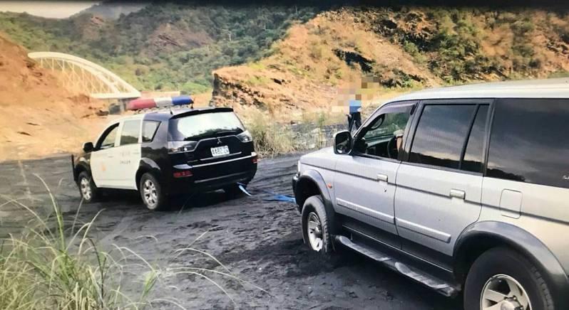 一輛休旅車直接開入老鷹谷河床,受困多時向警方求援。記者徐白櫻/翻攝