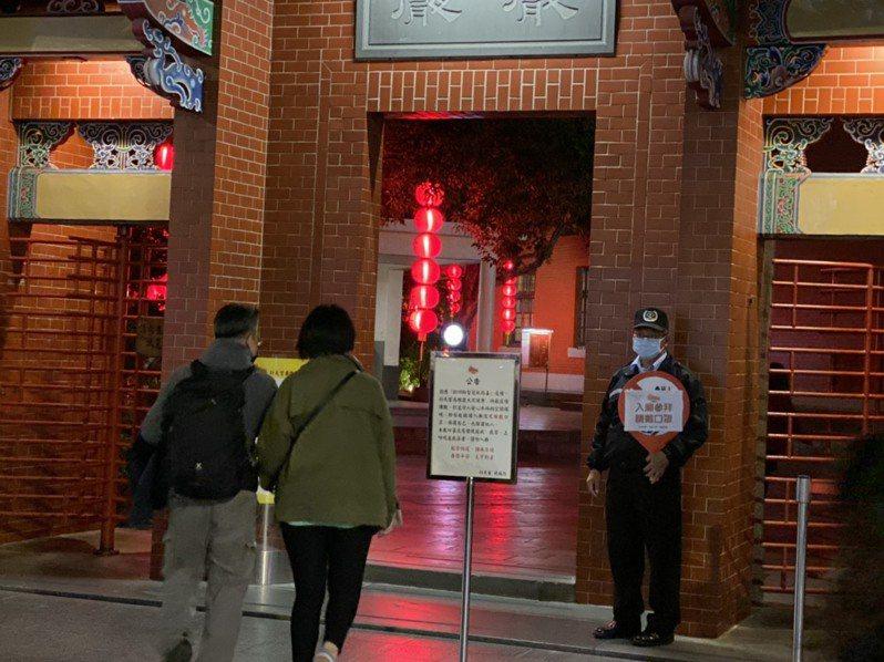 武漢肺炎疫情延燒,連帶宮廟也受到影響。北市行天宮從上周起率先祭出「一定要戴口罩」才可以入內參拜。記者陳惠惠/攝影
