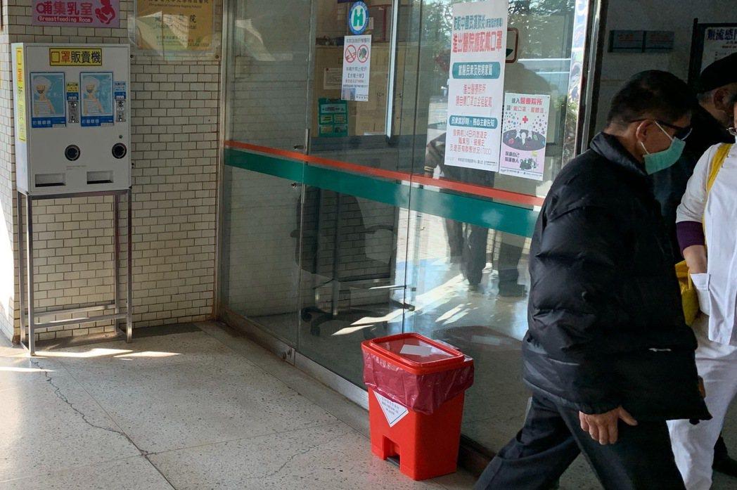 各大醫院進出口雖設有口罩丟棄桶,但不明顯,民眾把用過口罩丟置桶子的人並不多。記者...