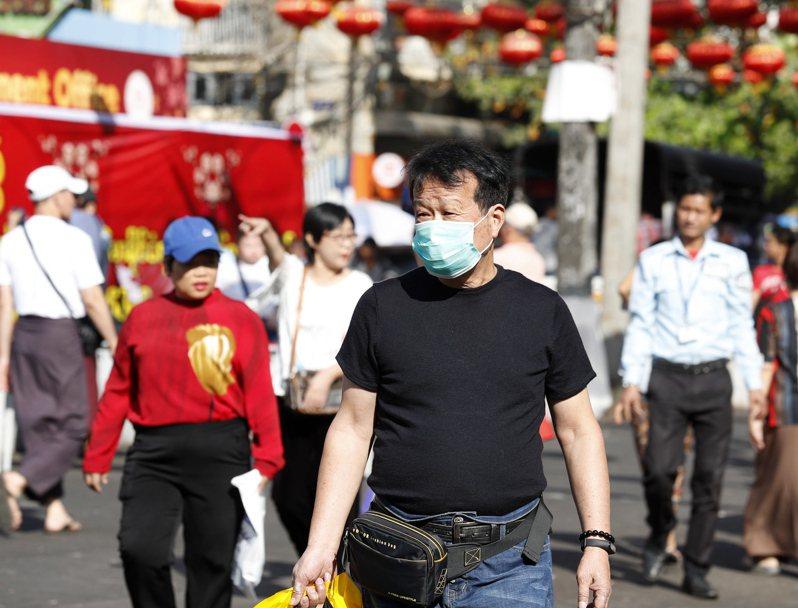 紐約時報2日報導,2019新型冠狀病毒疫情在全球發燒,但東南亞部分國家似乎因擔心觸怒中國大陸而未積極採取防疫措施。圖為緬甸仰光街頭有民眾戴著口罩。歐新社