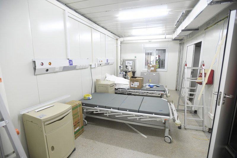 中國當局為了應對快速蔓延的武漢肺炎,在8天內興建了一座可容納1000張床位的武漢火神山醫院,並在2日由解放軍接管,3日正式啟用。美聯社