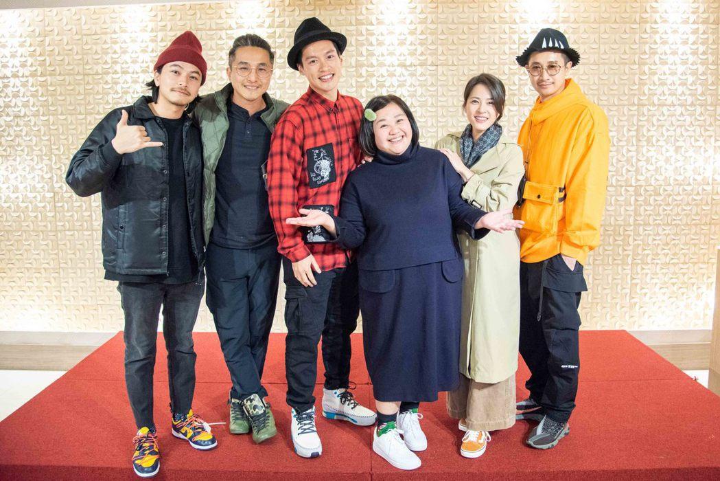楊銘威(左起)、王少偉、許孟哲、鍾欣凌、蘇晏霈、Darren劇中是一家人。圖/公