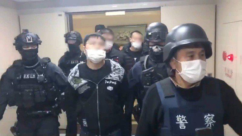 竹聯幫月堂陳姓男子(中)昨天被警方破門逮補。記者林昭彰/翻攝