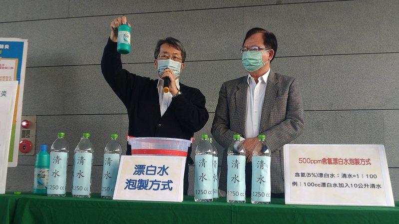為防範嚴重特殊傳染性肺炎,高市衛生局長林立人(左)、工務局長吳明昌今在市府教導高雄市公寓大廈代表人員正確的漂白水泡製方式,以清潔社區環境。記者蔡孟妤/攝影
