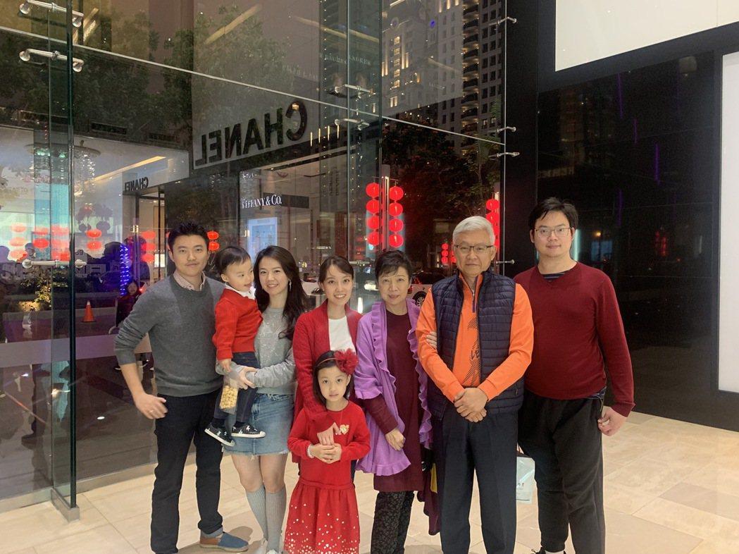 中美兄弟製藥集團董事長夫人李阿利(右三)生病期間,感受家人滿滿的愛。兒女林宜琳(...
