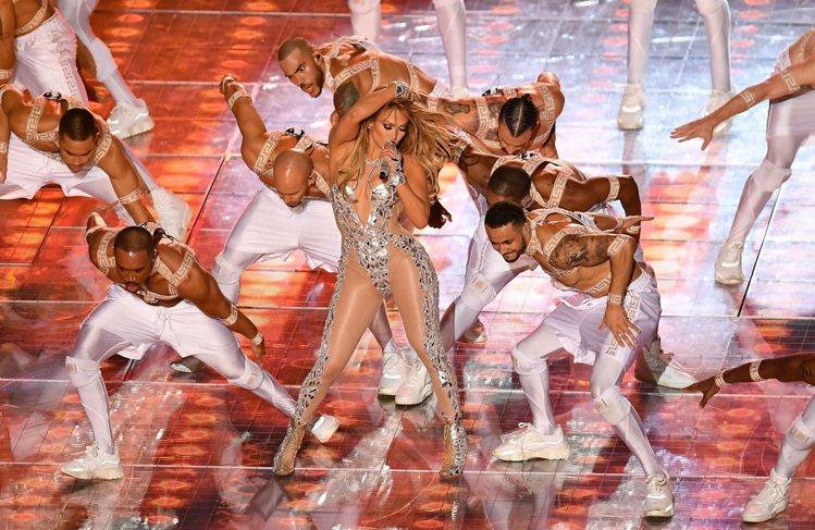 珍妮佛羅培茲與舞團在超級盃的服裝都由VERSACE訂製打造。圖/VERSACE提...
