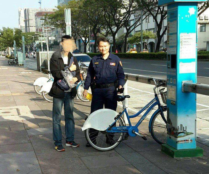 羅男日前到高雄遊玩,在歸還公共自行車時,遇到困難。記者邱奕能/翻攝