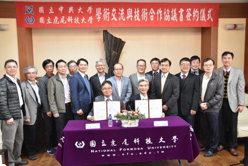 虎尾科大校長覺文郁(前排左)及中興大學校長薛富盛簽署合作協議書。記者蔡維斌/攝影