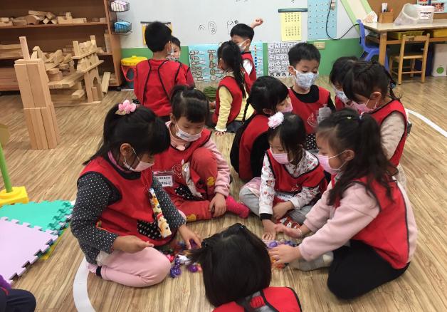 內壢非營利幼兒園規定假日過後前幾天上課,小朋友在教室要戴口罩。圖/內壢非營利幼兒園提供