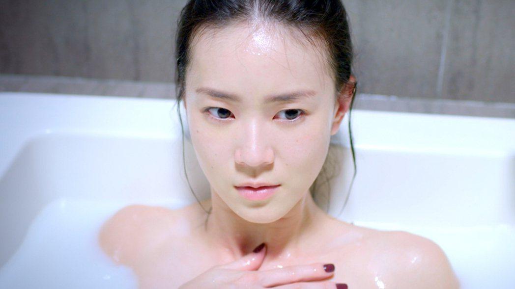 鍾瑶為「跟鯊魚接吻」拍攝泡澡戲。圖/三立提供