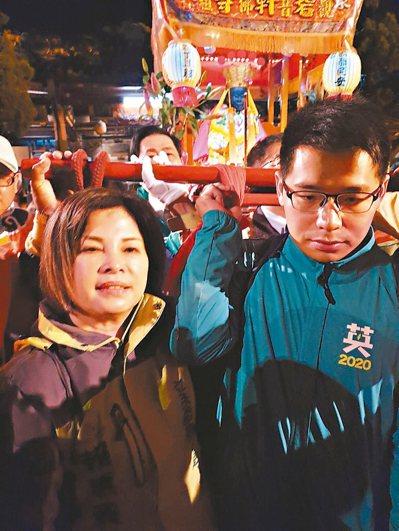 立委賴惠員(左)、台南市議員李宗翰(右)等人昨護送佛祖神轎啟程。 圖/賴惠員服務處提供