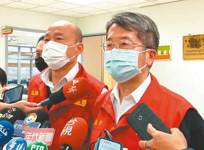 高雄市長韓國瑜(左)昨主持一級防疫應變會議,表示自己實地去超商買口罩也沒買到,希望行政院在提供口罩上能優先關切高雄。 記者蔡容喬/攝影