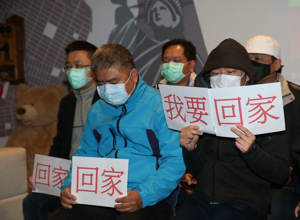 滯留武漢當地約500位台籍人士,昨晚搭上海航空公司(中國東方航空)包機飛抵桃園國...