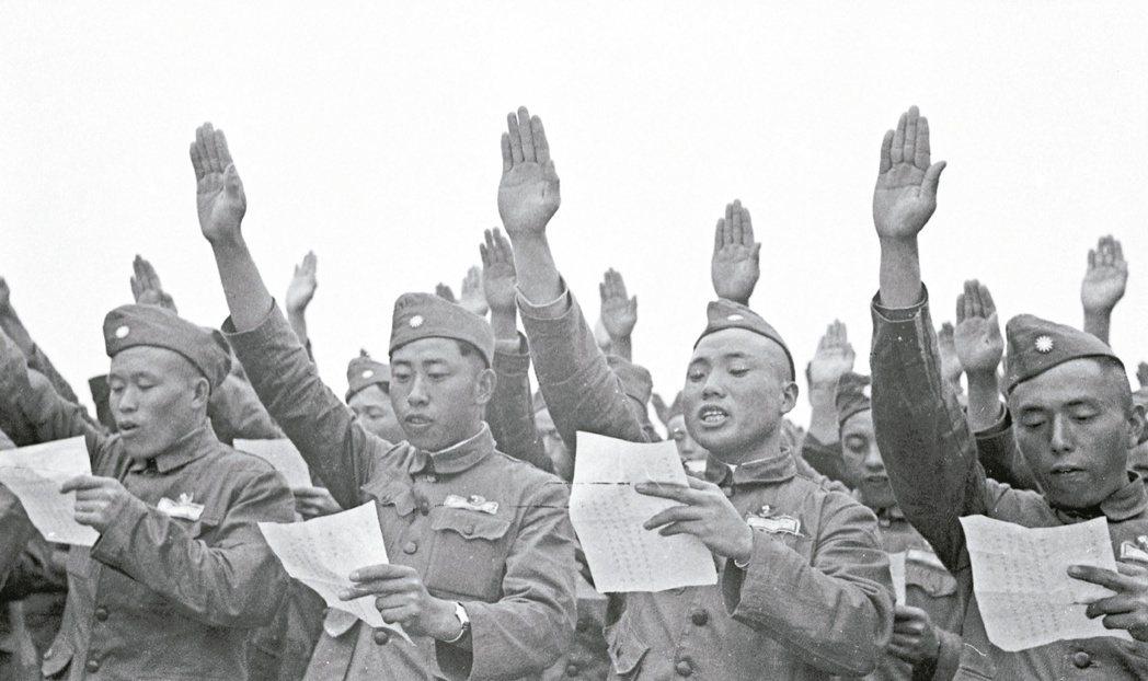 1954年4月5日,1萬4千多名反共義士在參謀總長周至柔監誓下,於楊梅、大湖兩地...
