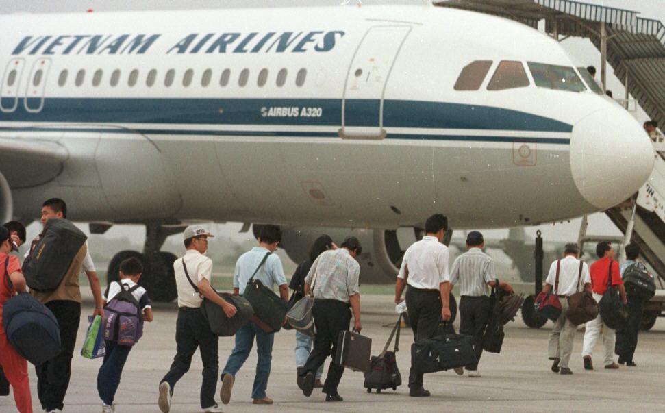 1997年我國外交部包租越南航空的最後一架撤僑專機,載著駐柬僑胞飛離柬埔寨。 圖...
