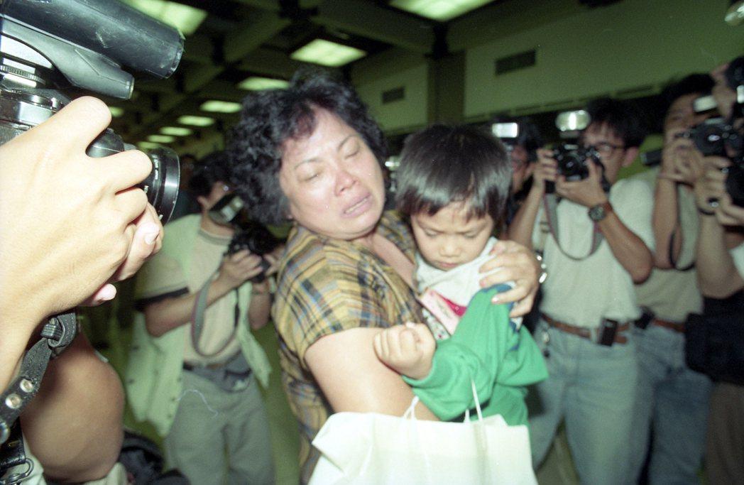 1990年我國駐科威特和約旦202位僑民,順利登上由國內飛抵安曼的華航撤僑專機,...
