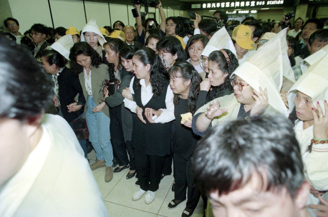 千島湖事件的罹難者家屬帶著親人的骨灰搭華航六○六班機返台,各界代表及政府官員前去...
